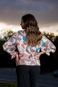 Сатенена дамска блуза с шарен принт