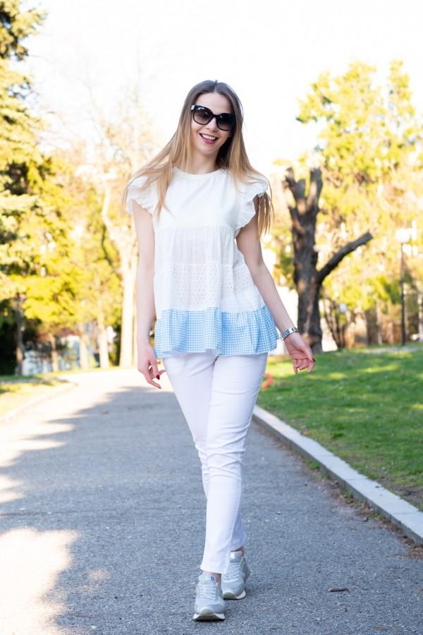 Дамска бяла блуза с харбали на ръкава и сини квадратчета