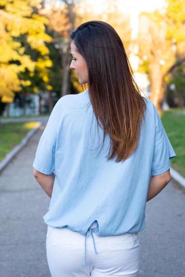 Дамска блуза в небесно синьо с бродерия и надпис