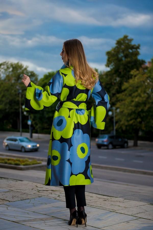 Есенно дамско палто с ръкав тип камбана в изкрящи цветове