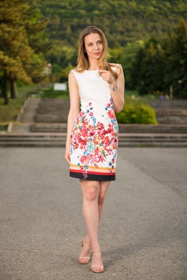 Елегантна вталена дамска рокля в бяло с принт на цветя