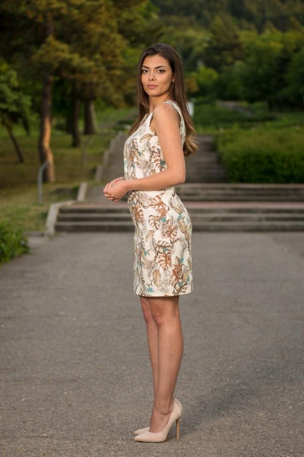 Елегантна дамска рокля на цветя в бяло