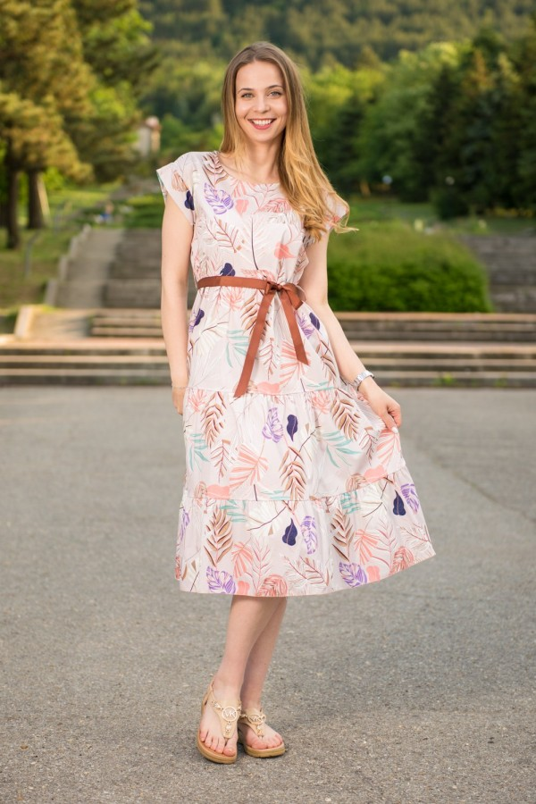 Дамска рокля в пастелни тонове с колан на цветя