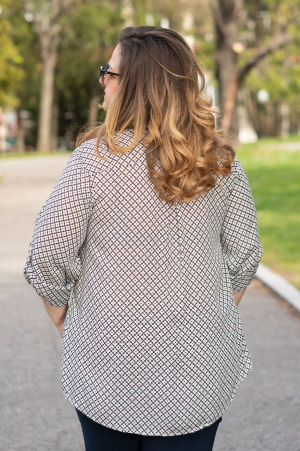 Макси блуза с геометричен принт и остро деколте