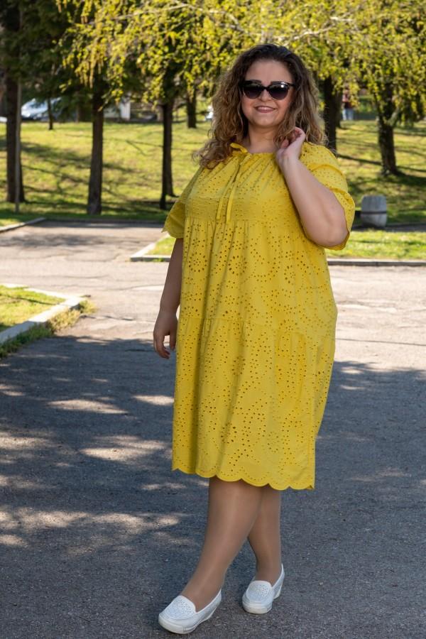 Макси рокля в жълто с рязана бродерия и връзка на деколтето
