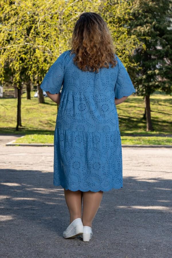 Макси дамска рокля с рязана бродерия в опушено синьо