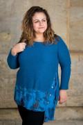 Макси синя блуза от фино плетиво с издължена част и копчета