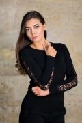 Дамски пуловер от фино плетиво с акцент на ръкава