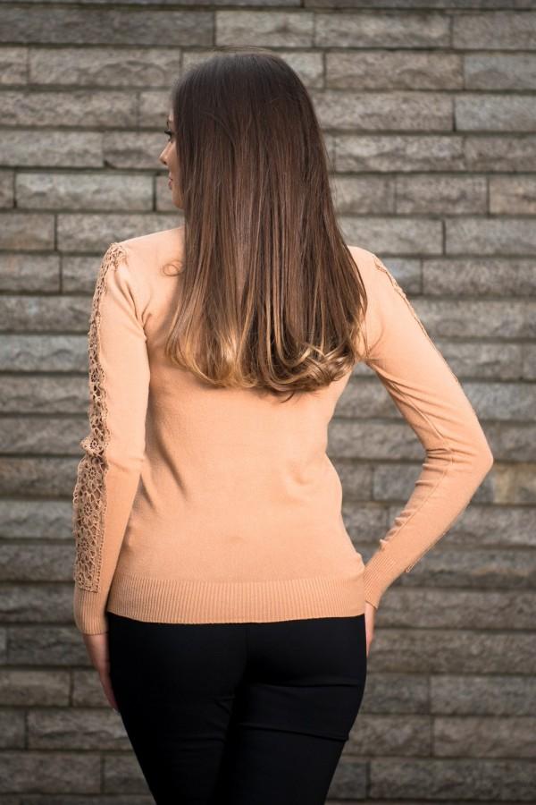 Дамски пуловер в цвят камел с плетен елемент