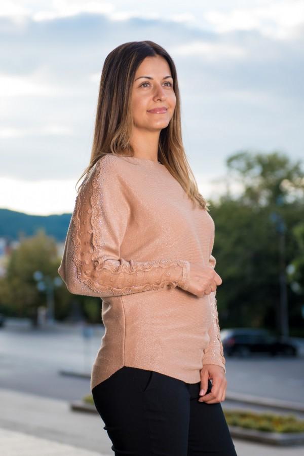 Дамски пуловер от стегната материя с тюл и камъчета