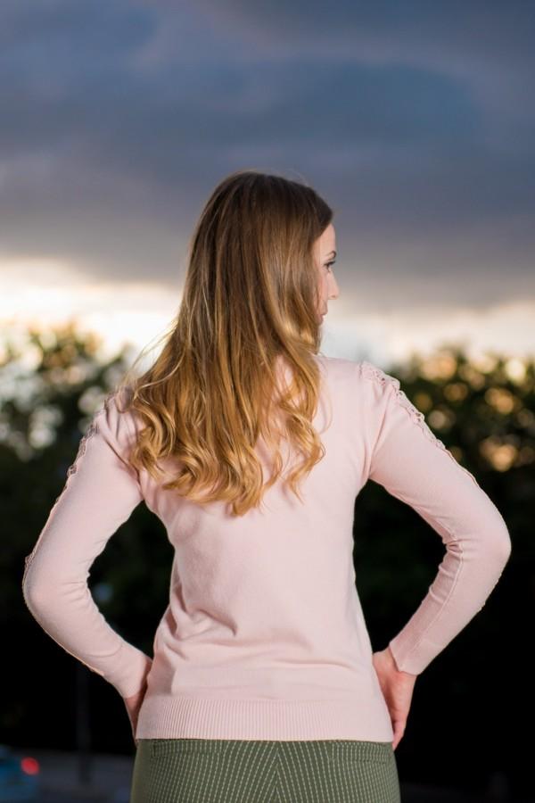 Дамски розов пуловер от фино плетиво
