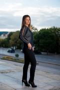 Дамски черен пуловер с лъскав ефект