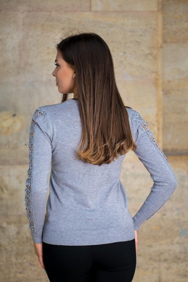Дамски изчистен фин пуловер в сиво с акцент на ръкава