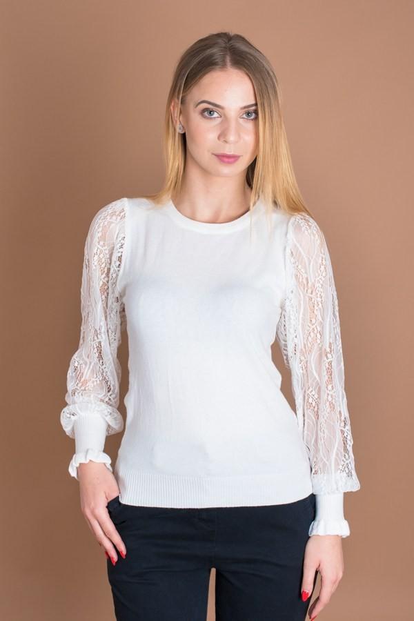 Бял дамски пуловер с дантелени ръкави