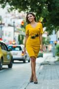 Елегантна рокля в цвят охра