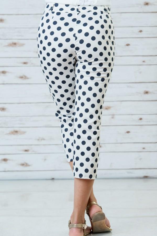 Памучен панталон в бял цвят на сини точки