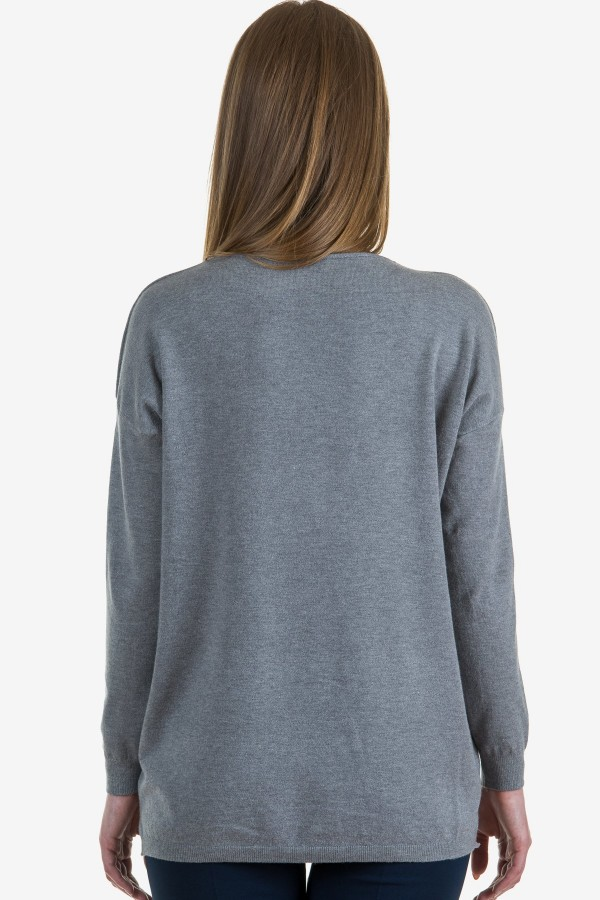 Пуловер в сив цвят с акцент цвете