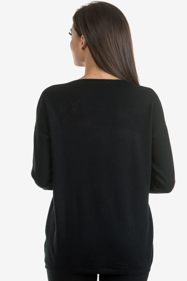 Пуловер в черен цвят с акцент цвете