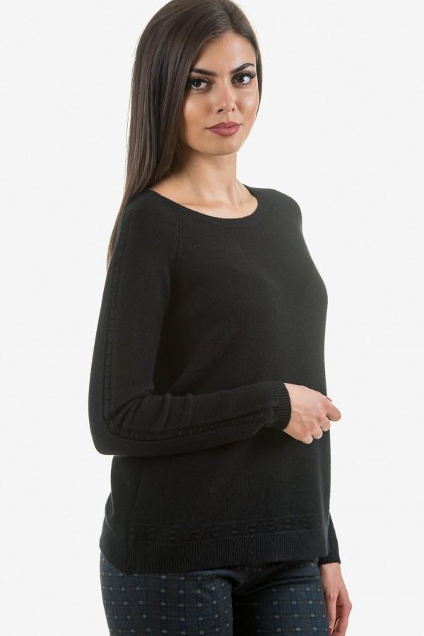 Мек пуловер в черно