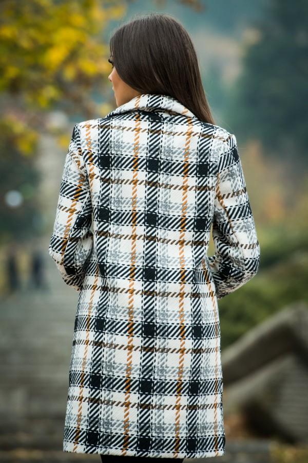 Дамско карирано палто в бял цвят