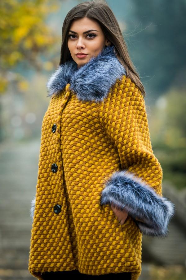 Вълнено палто в цвят охра