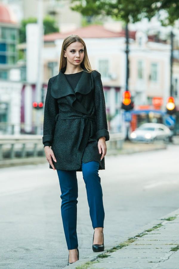 Дамско манто с колан в черен цвят