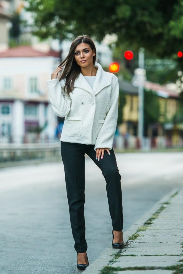Елегантно палто в бял цвят