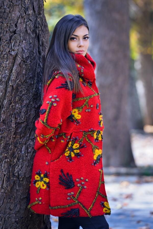 Бутиково дамско палто без подплата в червен цвят