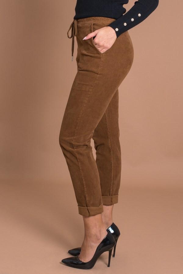 Дамски кадифени джинси на ситно райе в кафяво