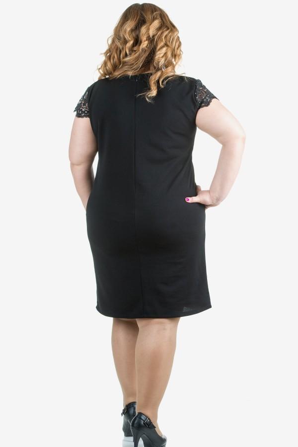 Елегантна рокля с бродерия в черно
