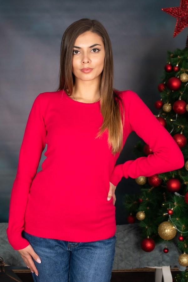 Червен дамски пуловер с изчистен дизайн